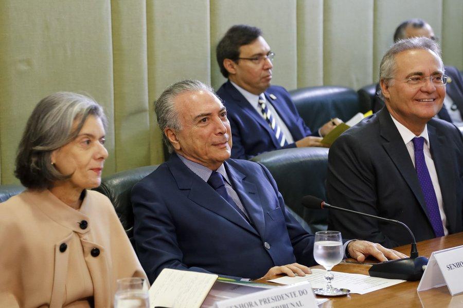 Brasília - Presidente Michel Temer, ladeado pelos presidentes do Supremo Tribunal Federal, Cármen Lúcia e do Senado, Renan Calheiros, durante reunião sobre segurança pública no Palácio do Itamaraty. (Marcos Correa/PR)