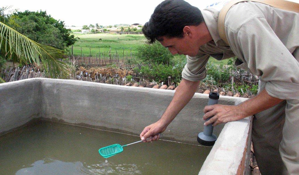 Agente de endemias faz trabalho de verifica��o de poss�ivel foco de mosquito transmissor da dengue em caixa d'�gua. em Iguatu;