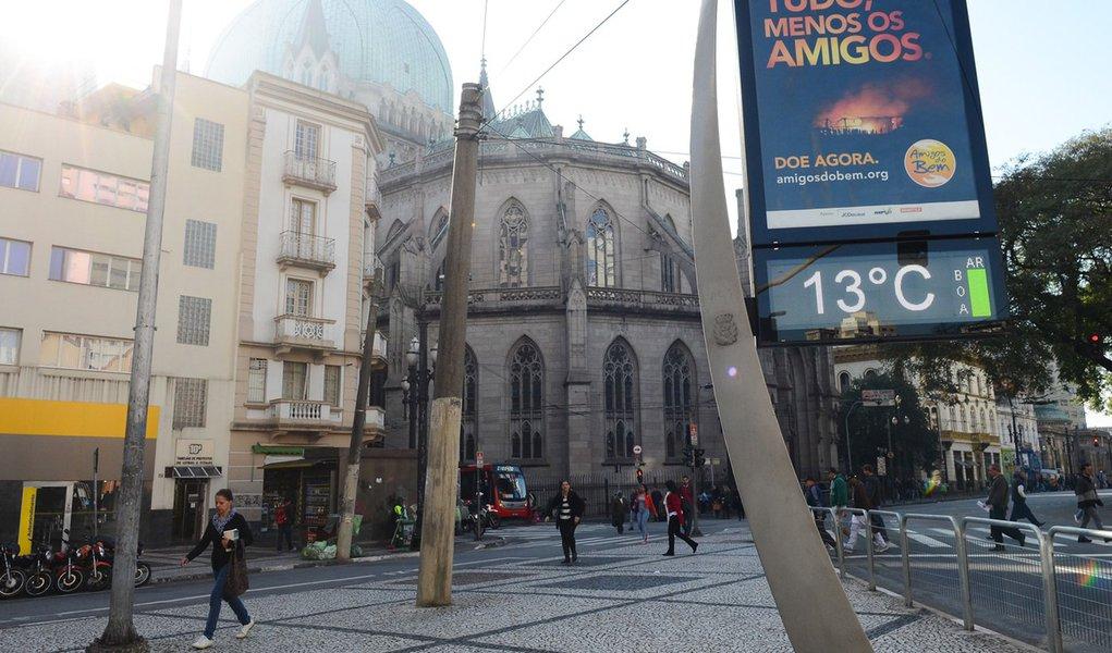 S�o Paulo - Manh� na capital marca 13� nos term�metros em frente a Catedral da S�, regi�o central.(Rovena Rosa/Ag�ncia Brasil)