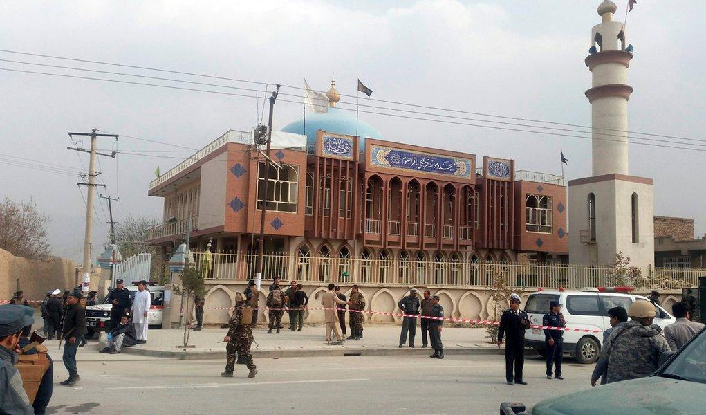 Membros das forças de segurança do Afeganistão vistos em frente local de explosão em Cabul. 21/11/2016 REUTERS/Omar Sobhani