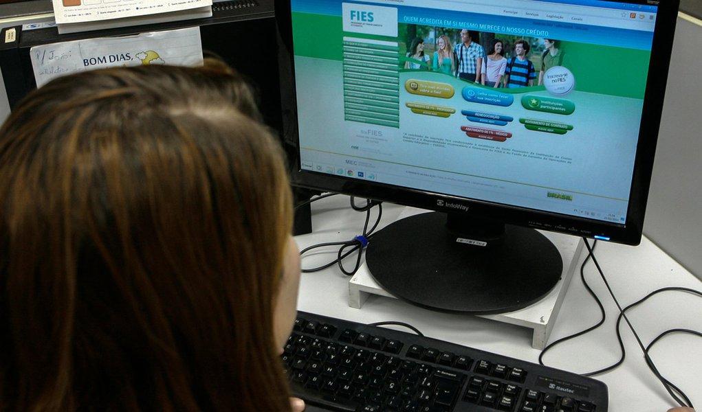 23.02.2015,Estudante fazendo consultas no Site do Sis FIES