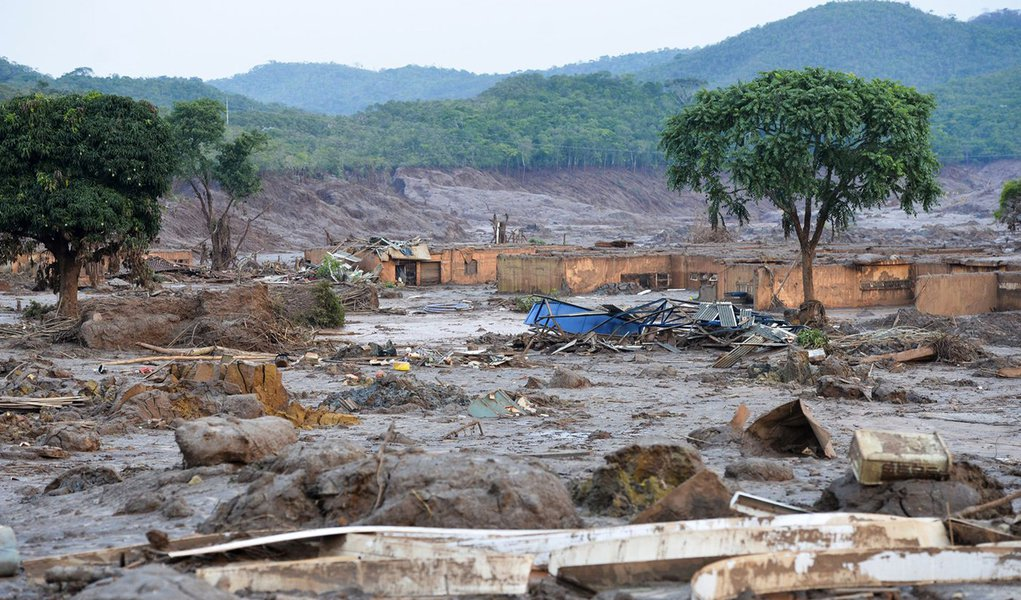 Mariana (MG) - Rompimento de duas barragens da mineradora Samarco na �ltima quinta-feira (5). Em meio ao cen�rio de muita lama, barro e destrui��o, o que restou lembra uma cidade fantasma (Antonio Cruz/Ag�ncia Brasil)