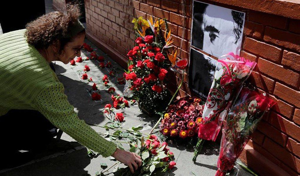 Mulher deposita flores em frente da embaixada de Cuba na Guatemala