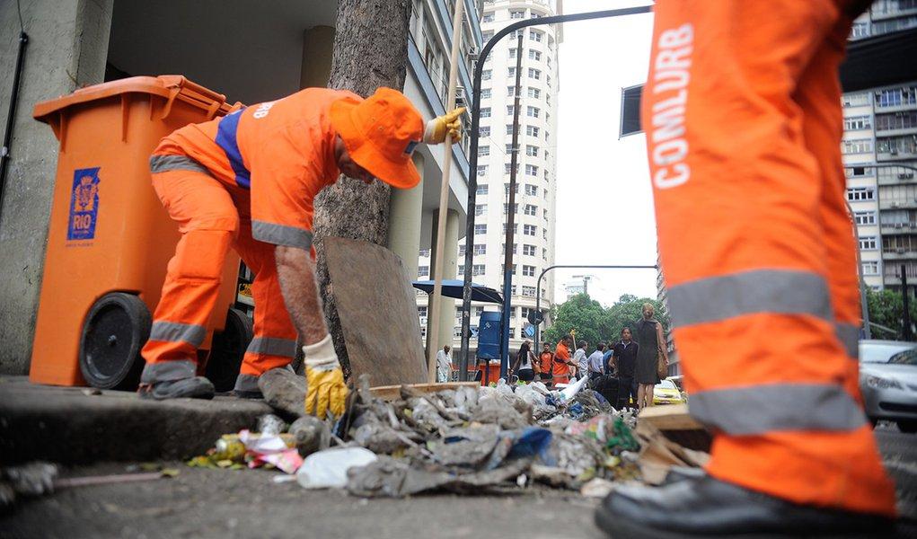 Rio de Janeiro - Algumas equipes de garis voltam a recolher lixo na região central da cidade (Tânia Rêgo/Agência Brasil)