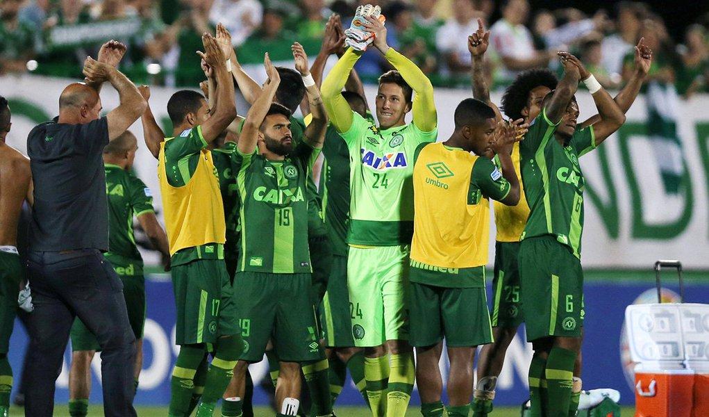 Jogadores da Chapecoense comemorando vitória sobre San Lorenzo na semfinal da Copa Sul-Americana, em Chapecó. 23/11/2016 REUTERS/Paulo Whitaker