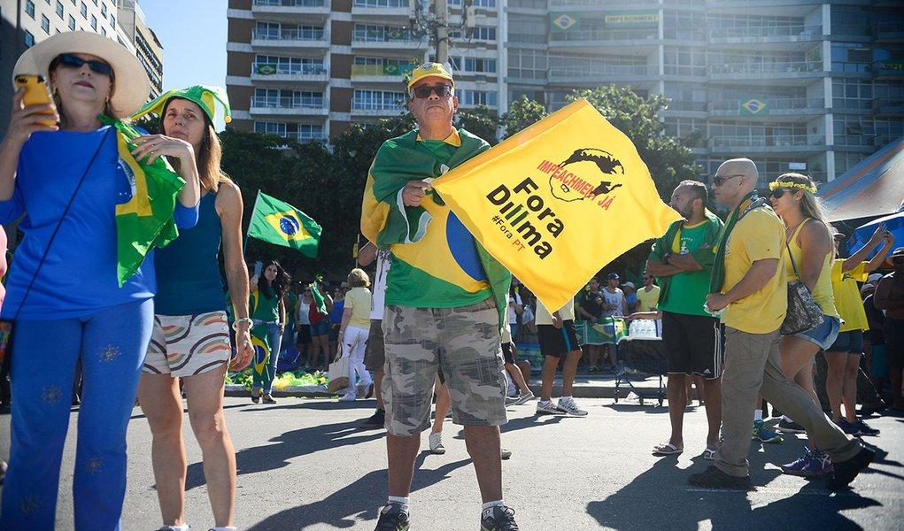 Rio de Janeiro - Manisfestantes a favor do impeachment da presidente Dilma Roussef começam a chegar na praia de Copacabana (Tânia Rêgo/Agência Brasil)