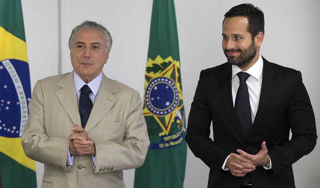 Brasília - Presidente interino Michel Temer posa para foto acompanhado do ministro da Educação, Mendonça Filho, com o Secretário Nacional de Cultura, Marcelo Calero. (Fabio Rodrigues Pozzebom/Agência Brasil)