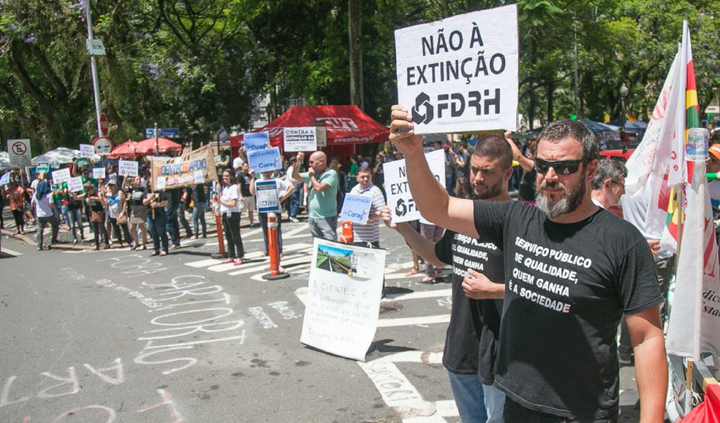 Servidores protestam contra extinção de fundações estaduais no Rio Grande do Sul