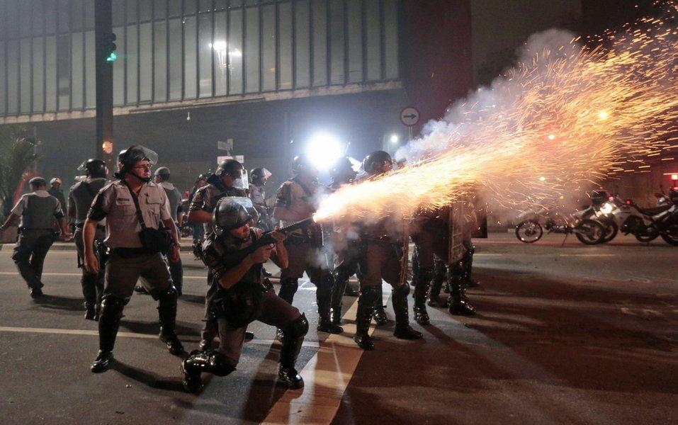 PM usa bomba de gás em manifestação