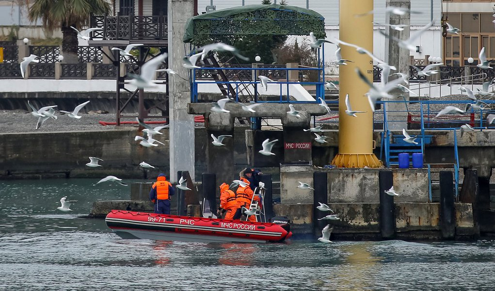 Barco de equipe de resgate visto durante buscas por destroços do avião militar russo Tu-154 em Sochi. 26/12/2016 REUTERS/Maxim Shemetov