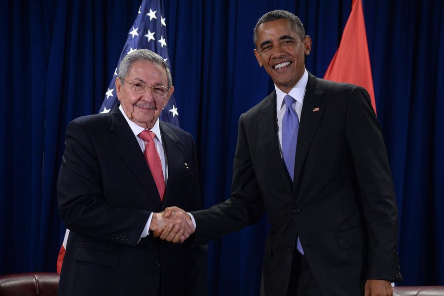 epa04955784 US President Barack Obama (R) attends a bilateral meeting with Cuban President Raul Castro at the United Nations headquarters in New York, New York, 29 September 2015. EPA/BEHAR ANTHONY / POOL
