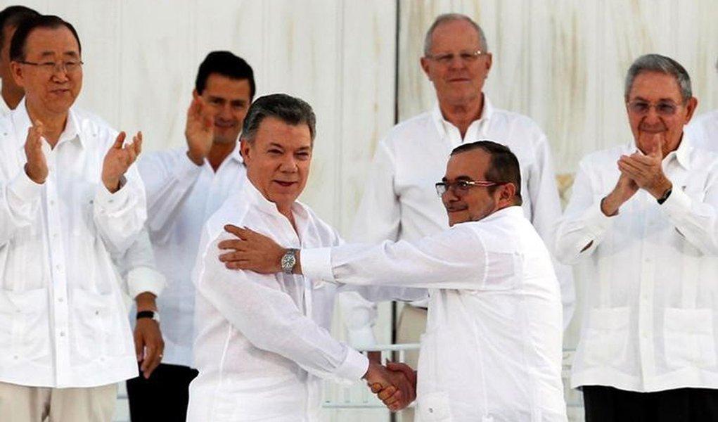 Presidente Santos cumprimenta o líder das Farc Timochenko em Cartagena. 26/9/2016. REUTERS/John Vizcaino