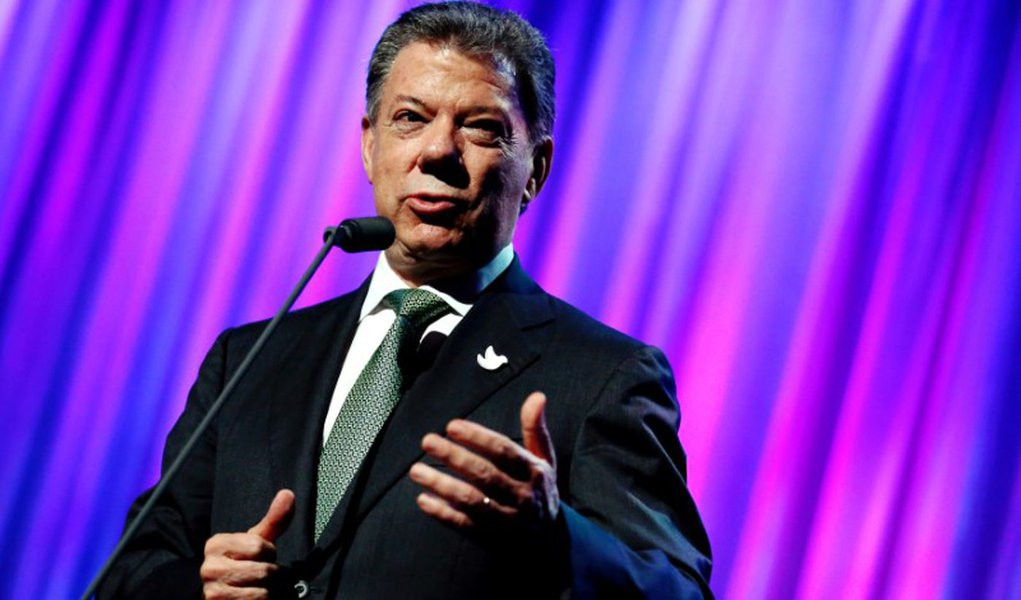 Colombia's President Juan Manuel Santos speaks to guests after receiving the Clinton Global Citizen Award in New York, U.S., September 19, 2016. REUTERS/Eduardo Munoz/File Photo