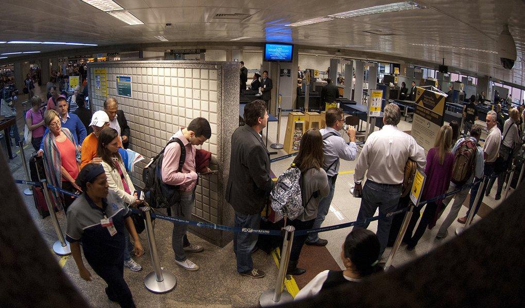 São Paulo (SP) - Operação padrão da Polícia Federal no aeroporto de Guarulhos gera grandes filas no embarque internacional
