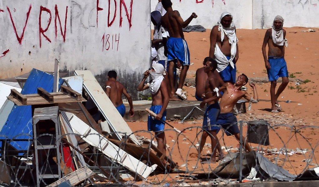 Presos de facções rivais entram em confronto na prisão de Alcaçuz em Natal. 19/1/2017. REUTERS/Josemar Gonçalves