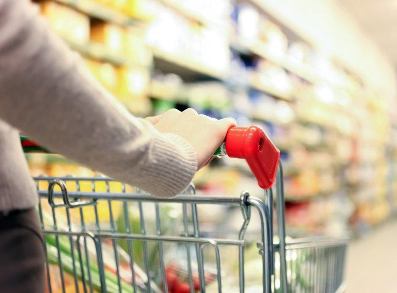 Mulher faz compras supermercado, varejo