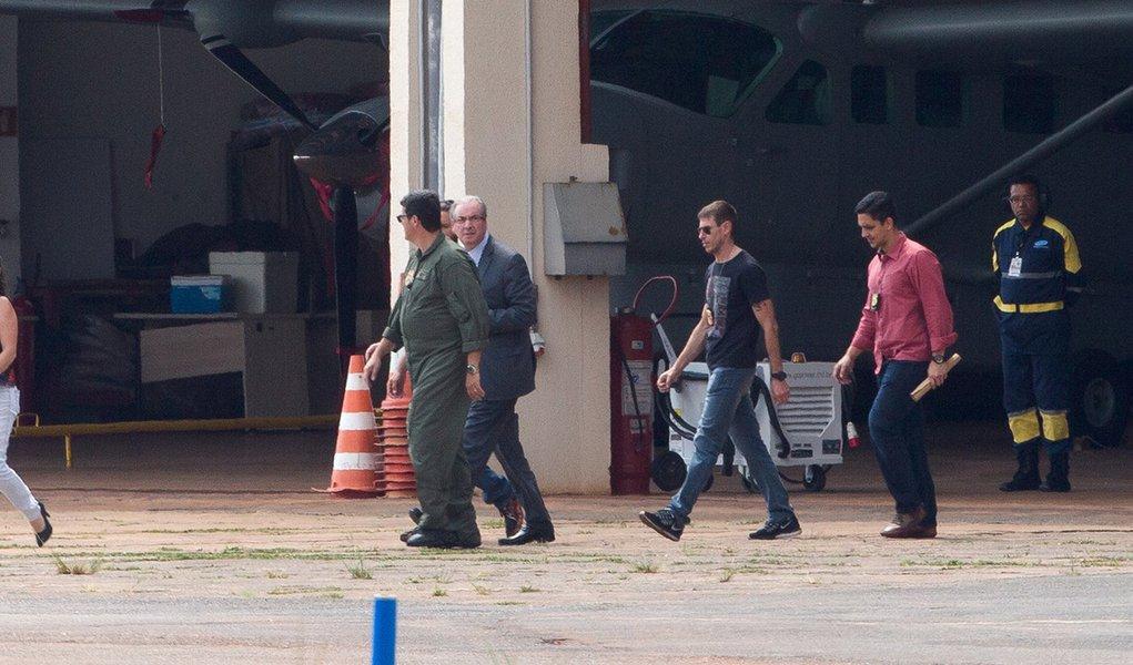 Brasília- DF 19-10-2016 Ex-deputado federal, Eduardo Cunha, entrando no avião da Polícia Federal, que seguiu para curitiba. Cunha teve a prisão preventiva decretada pelo juiz Sérgio Moro, durante as investigações da Operação Lava Jato