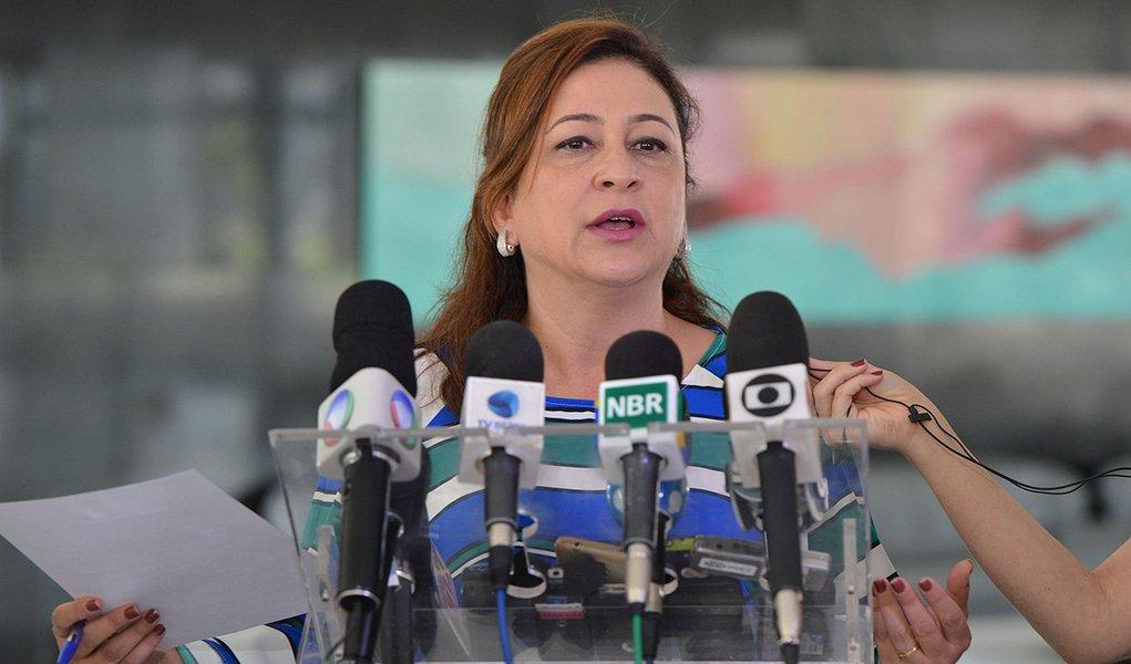 A ministra da Agricultura, Katia Abreu, fala à imprensa após reunião com a presidenta Dilma Rousseff, no Palácio do Planalto (José Cruz/Agência Brasil)