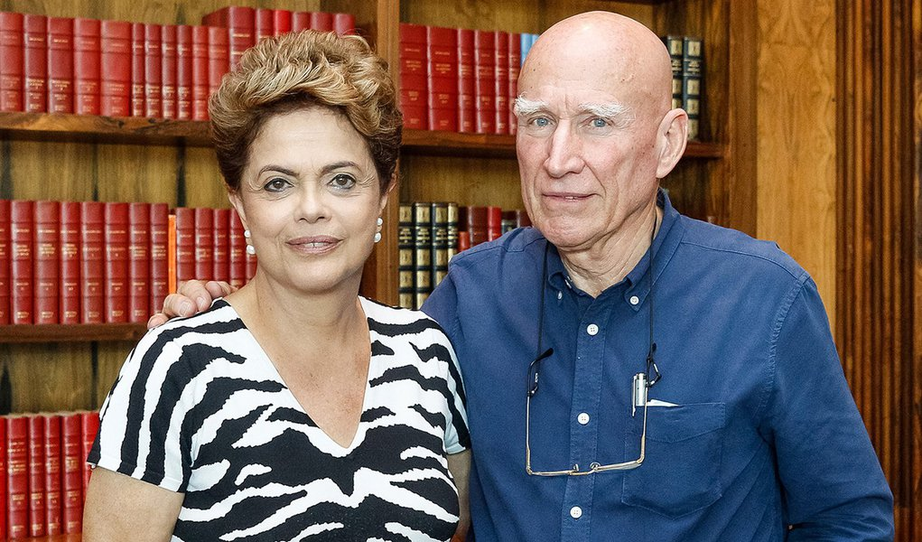 Brasília - DF, 13/11/2015. Presidenta Dilma Rousseff recebe o fotógrafo, Sebastião Salgado no Palácio da Alvorada. Foto: Roberto Stuckert Filho/PR