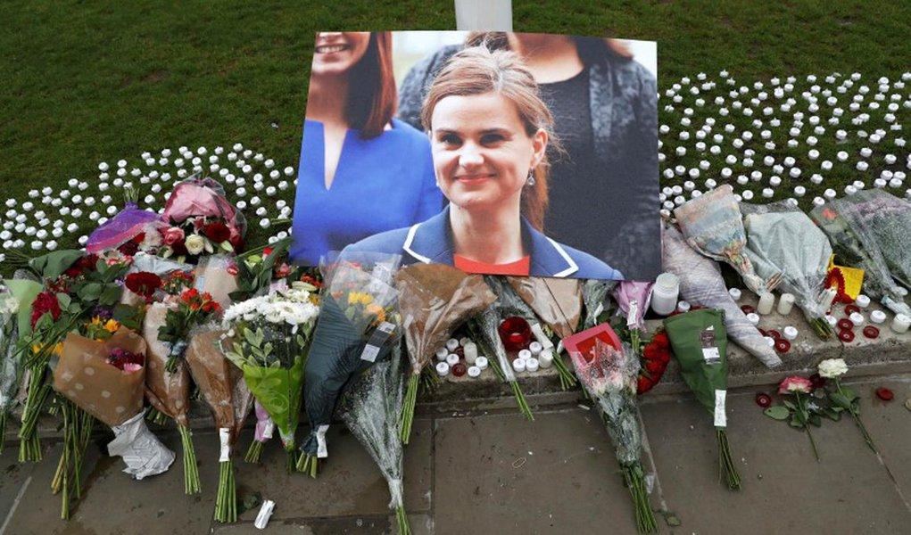 Flores em homenagem a Jo Cox deixadas em Londres. 17/06/2016 REUTERS/Stefan Wermuth