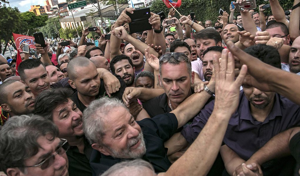 O ex-presidente Lula chega em sua residência em São Bernardo do Campos