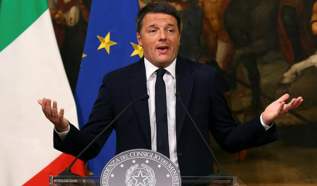 Italian Prime Minister Matteo Renzi speaks during a media conference after a referendum on constitutional reform at Chigi palace in Rome, Italy, December 5, 2016. REUTERS/Alessandro Bianchi