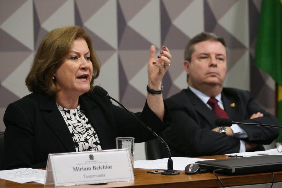 Brasília - A ex-ministra do Planejamento e ex-presidente da Caixa, Miriam Belchior e o relator Antonio Anastasia, durante Comissão Especial do Impeachment (Fabio Rodrigues Pozzebom/Agência Brasil)