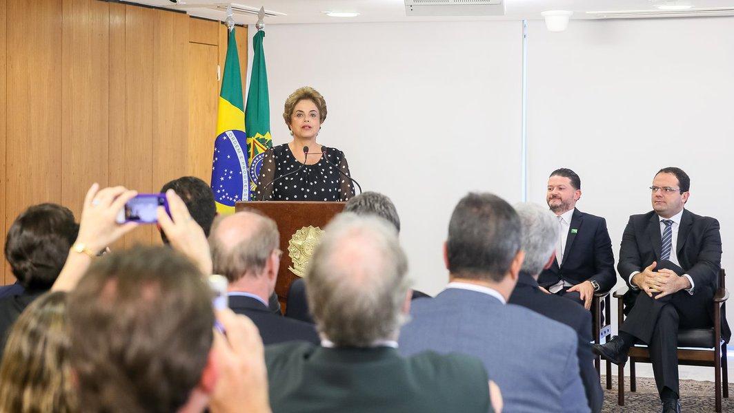Brasília - DF, 13/04/2016. Presidenta Dilma Rousseff durante assinatura de renovação de contrato de arrendamento entre a Secretaria Especial de Portos e o Terminal de Contêineres de Paranaguá. Foto: Roberto Stuckert Filho/PR