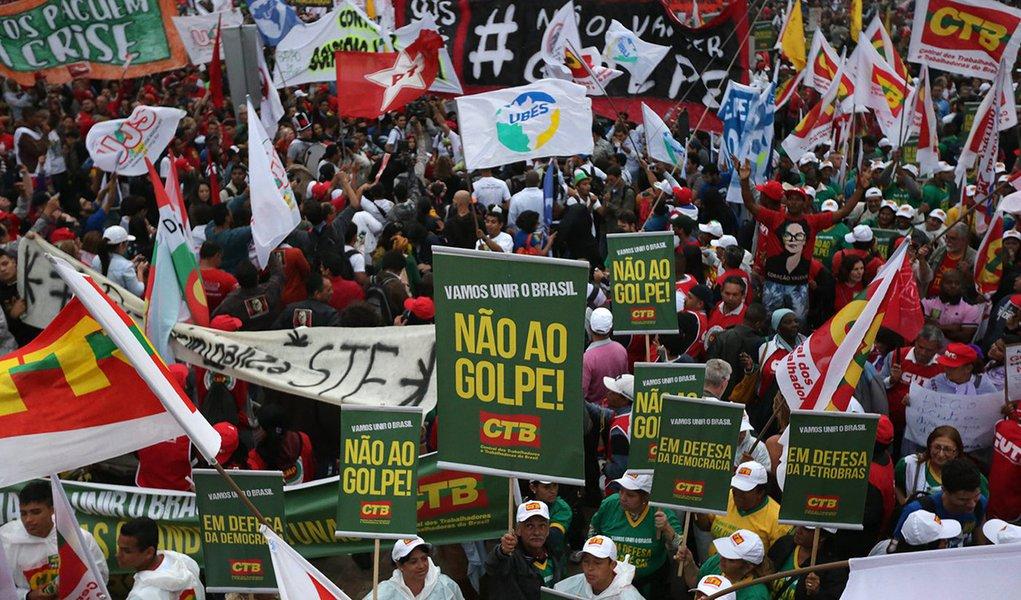 20/08/2015 - São Paulo - Manifestação no Largo da Batata em Favor ao governo Dilma Rousseff. Foto: Paulo Pinto/ Agência PT
