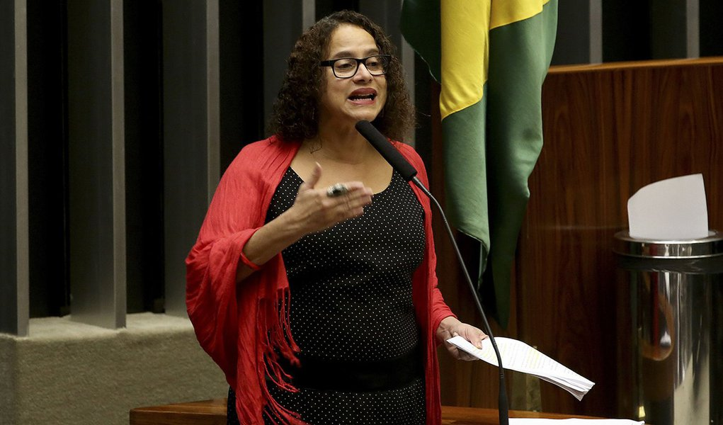 Brasília - Deputada Luciana Santos (PCdoB/PE) durante sessão de discussão do processo de impeachment de Dilma, no plenário da Câmara (Wilson Dias/Agência Brasil)