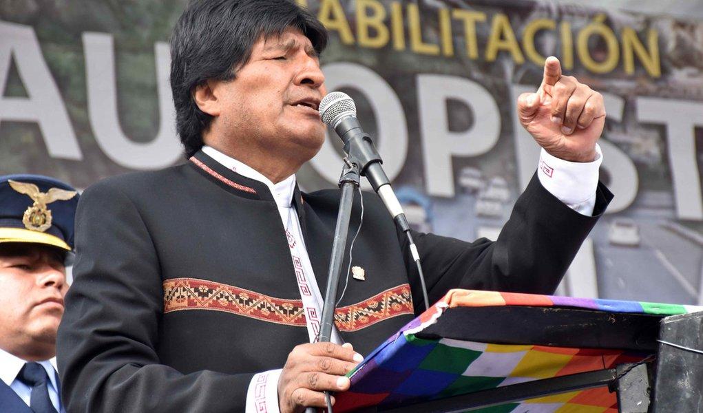 22/02/2016 - Bolívia - Evo Morales e aliados em entrega de obras para ligar La Paz a El Alto, no dia em que boatos sobre sua derrota em referendo surgiram com apuração dos votos. Foto: Enzo de Luca/ ABI