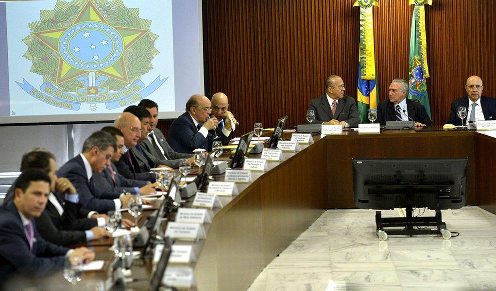 O presidente interino Michel Temer coordena a primeira reunião ministerial de seu governo, às 9h, no Palácio do Planalto