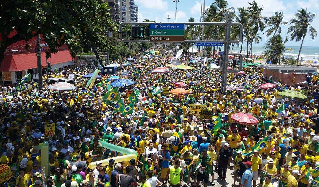 Recife - Manifestação em Recife contra a corrupção e pela saída da presidenta Dilma Rousseff (Sumaia Villela/Agência Brasil)