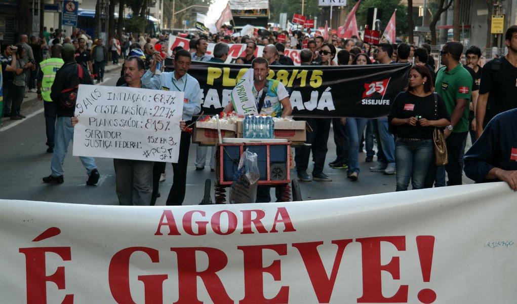 Manifesta��o dos servidores da Justi�a Federal no centro do Rio (Vladimir Platonow/Ag�ncia Brasil)