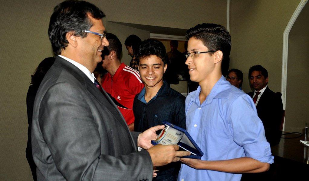 Governador Flávio Dino homenageou em 2015 alunos que se destacaram na OBMEP. Foto: Divulgação