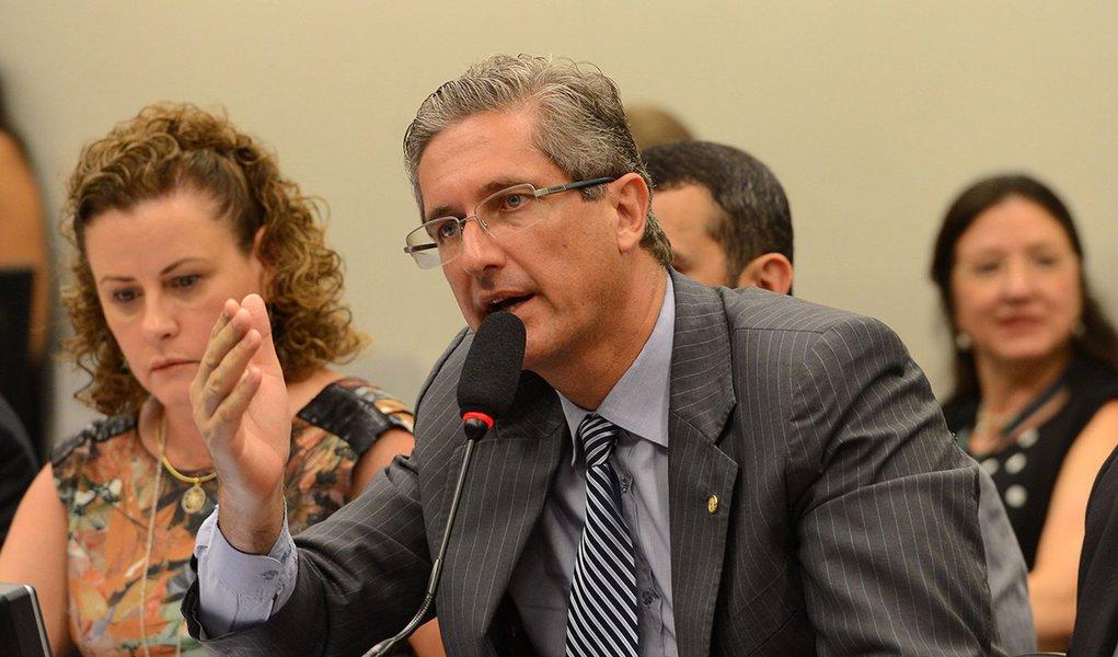 Brasília - O presidente da Comissão, Rogério Rosso e o relator, Jovair Arantes analisam o parecer que pede o impeachment da presidenta Dilma Rousseff (Fábio Rodrigues Pozzebom/Agência Brasil)