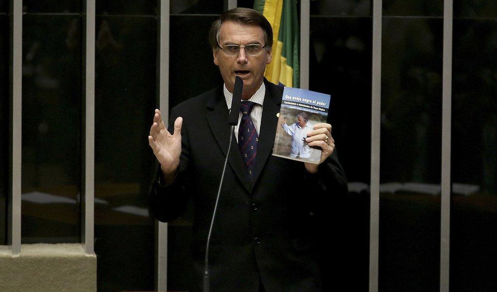 Brasília - Deputado Jair Bolsonaro (PSC/RJ) durante sessão de discussão do processo de impeachment de Dilma, no plenário da Câmara (Wilson Dias/Agência Brasil)