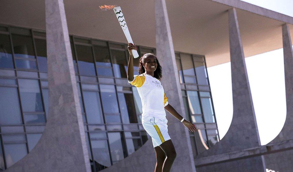 Brasília - A jogadora de vôlei Fabiana Claudino, bicampeã olímpica (2008 e 2012), recebe a Tocha Olímpica das mãos da presidenta Dilma e começa o revezamento na Capital (Marcelo Camargo/Agência Brasil)