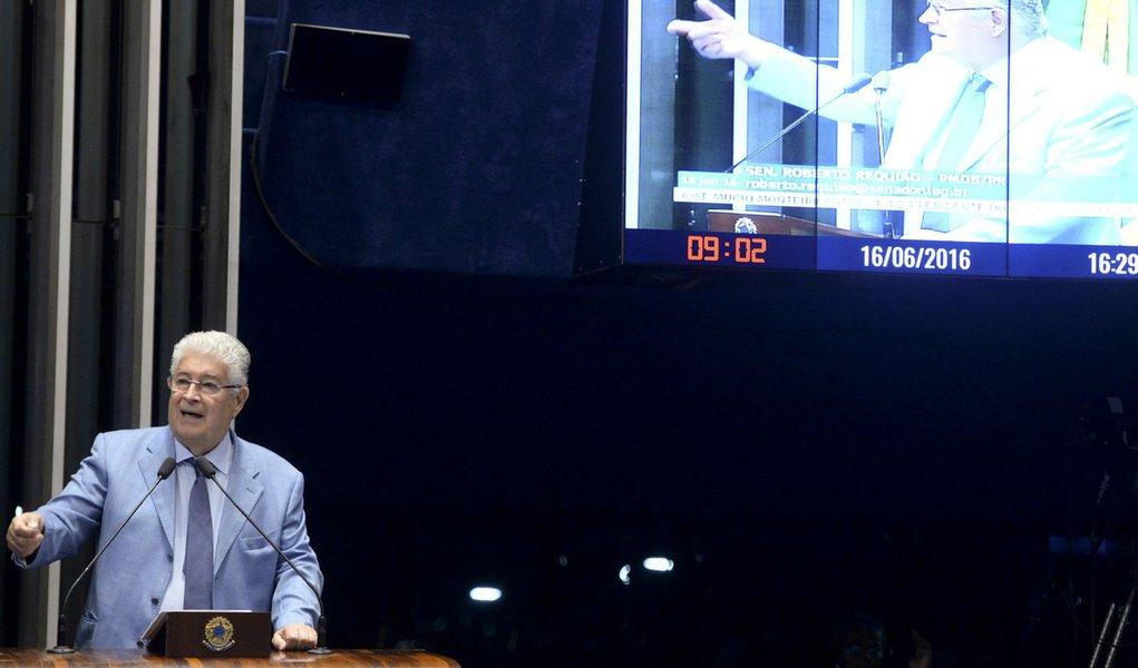 Plenário do Senado durante sessão deliberativa ordinária. Em discurso, senador Roberto Requião (PMDB-PR) Foto: Jefferson Rudy/Agência Senado