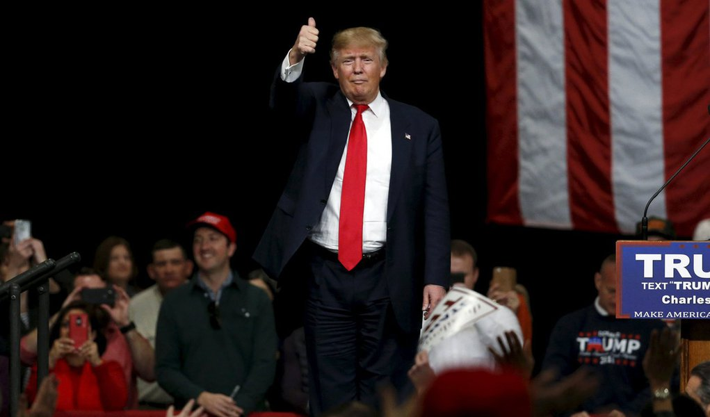 U.S. Republican presidential candidate Donald Trump holds a rally with supporters at the convention center in North Charleston, South Carolina February 19, 2016. REUTERS/Jonathan Ernst