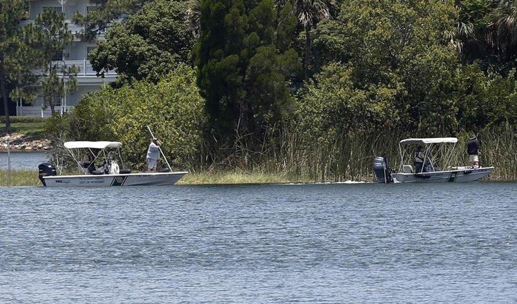 Autoridades fazem busca por menino em lagoa na Walt Disney World em Orlando. 15/6/2016. REUTERS/Adrees Latif