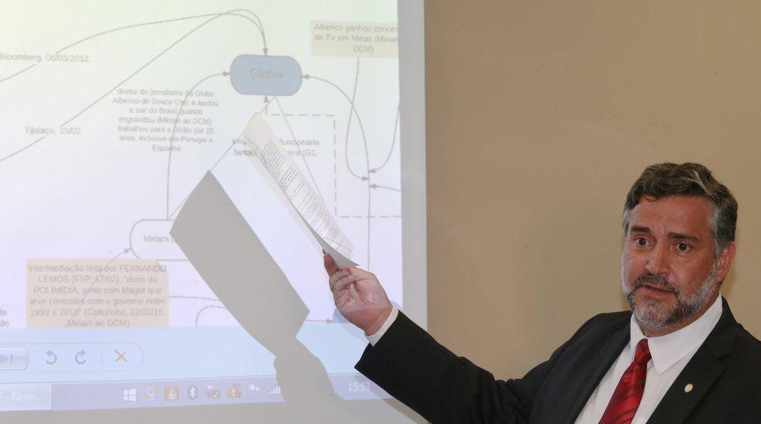 Brasília- DF 25-02-2016 Deputado Paulo Pimenta apresenta um organograma do envolvimento entre FHC e as organizações Globo. Foto Lula Marques/Agência PT