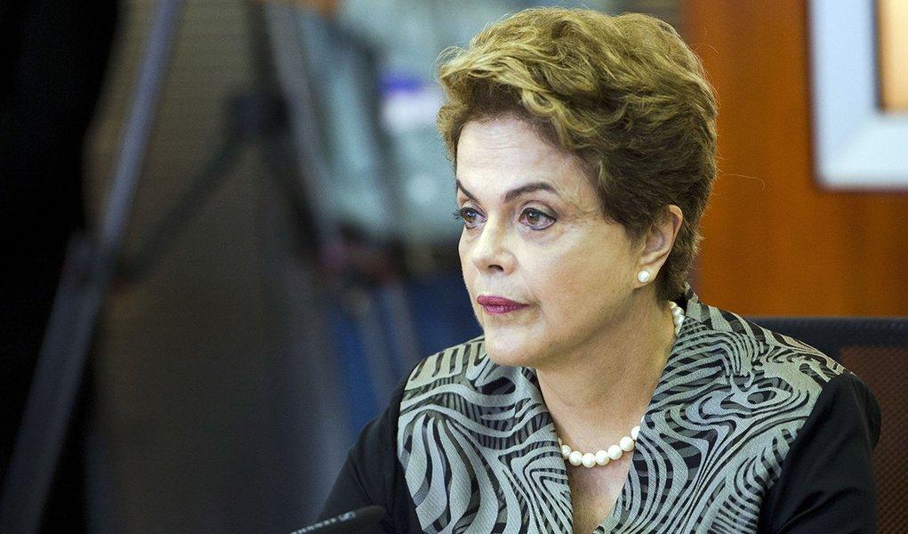 Brasília - A presidenta Dilma Rousseff e os ministros, Marcelo Castro, Gilberto Occhi, Aloizio Mercadante e Jaques Wagner se reúnem na Sala Nacional de Coordenação e Controle da Dengue (Marcelo Camargo/Agência Brasil)