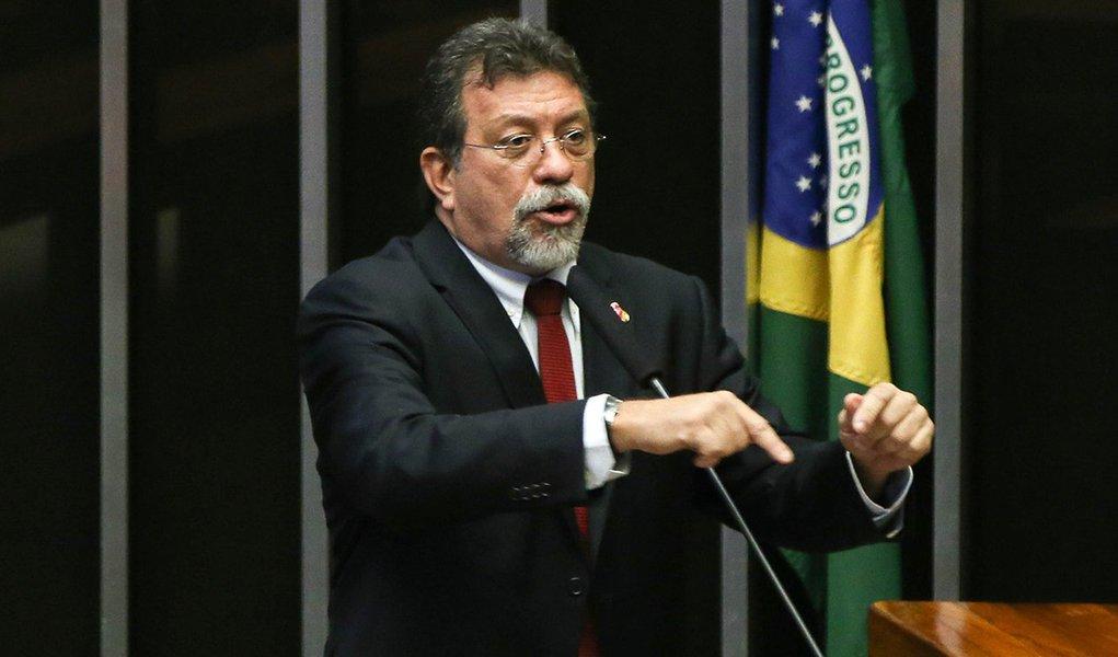 Brasília - Deputado Afonso Florence fala durante sessão para votação da autorização ou não da abertura do processo de impeachment da presidenta Dilma Rousseff, no plenário da Câmara dos Deputados. ( Marcelo Camargo/Agência Brasil)