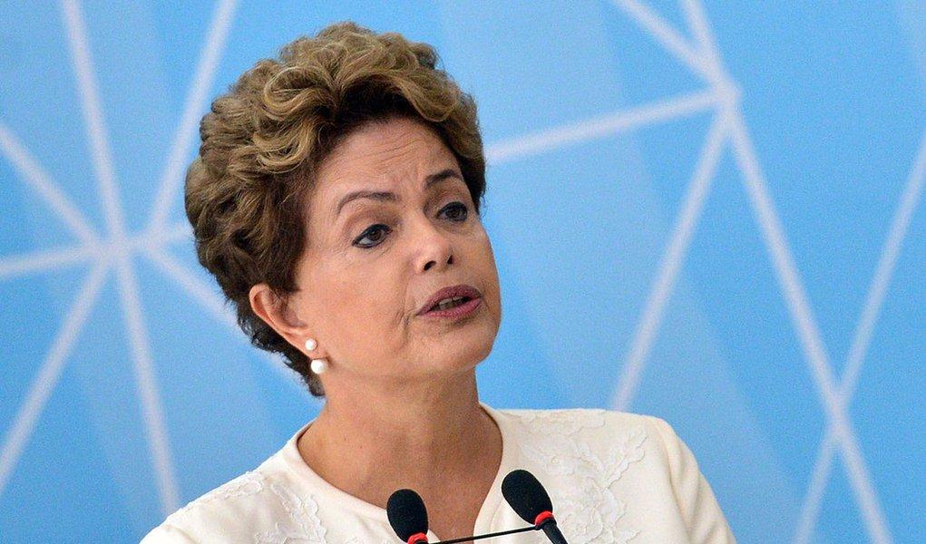 Brasília - A presidenta Dilma Rousseff participa da cerimônia de anúncio dos critérios de outorgas de radiodifusão AM para FM, no Palácio do Planalto (José Cruz/Agência Brasil)