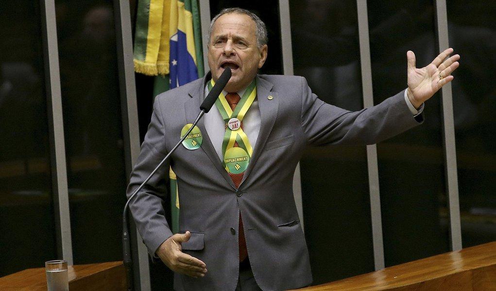 Brasília - Deputado Carlos Manato (Solidariedade/ES) durante sessão de discussão do processo de impeachment de Dilma, no plenário da Câmara (Wilson Dias/Agência Brasil)