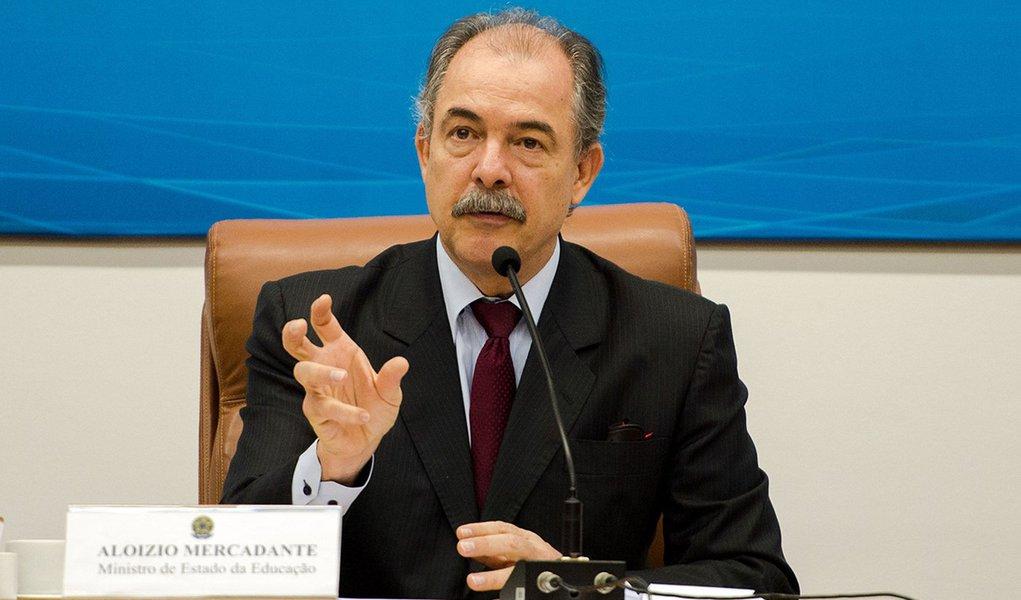 Brasília - O ministro da Educação, Aloizio Mercadante, durante solenidade de comemoração dos 20 anos do Conselho Nacional de Educação (CNE) (Marcelo Camargo/Agência Brasil)