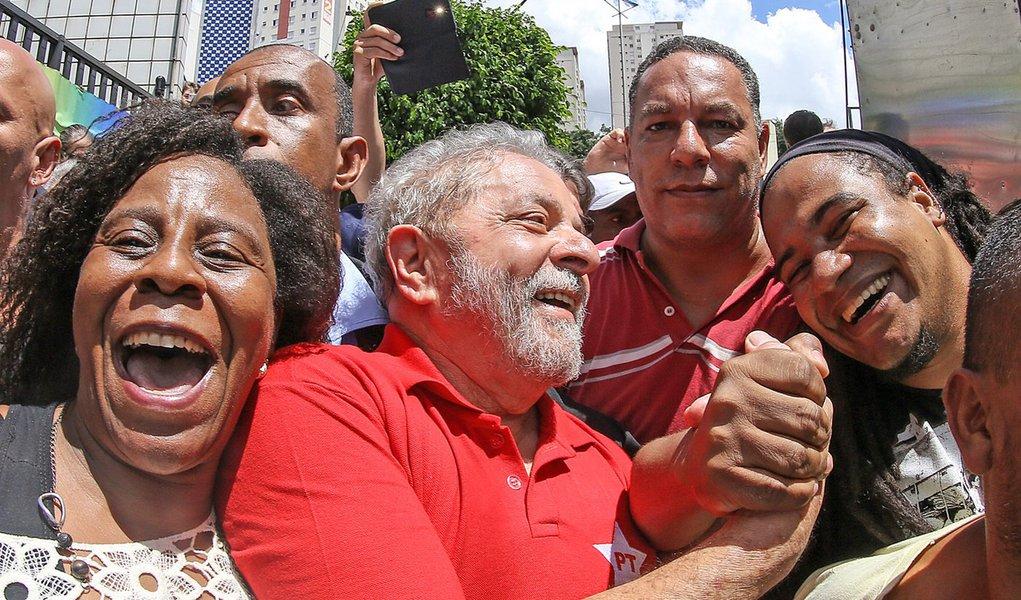 05/03/2016- São Bernardo do Campo- SP, Brasil- Ex- presidente Lula cumprimenta manifestantes, concentrados em frente ao prédio onde mora em São Bernardo do Campo. Foto: Ricardo Stuckert/ Instituto Lula