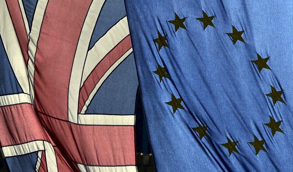 Bandeira britânica e bandiera da União Europeia vistas em Londres. 18/02/2016 REUTERS/Toby Melville/Files