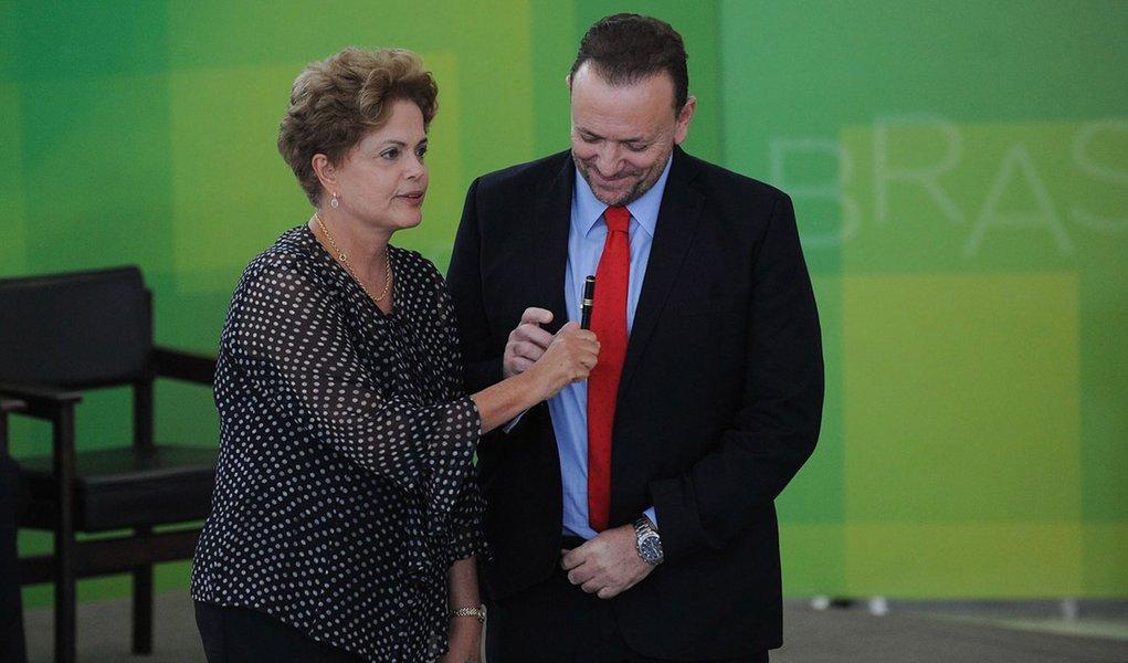 Brasília- DF- Brasil- 31/03/2015- A presidenta Dilma Rousseff, o ministro Aloizio Mercadante, da Casa Civil, o vice-presidente Michel Temer, o ex-presidente José Sarney e o novo ministro Edinho Silva, durante cerimônia de posse (José Cruz/Agência Brasil)